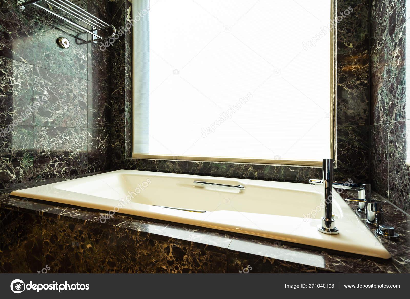 Weiße Schöne Luxus Badewanne Für Entspannung Und Wellness Badezimmer ...