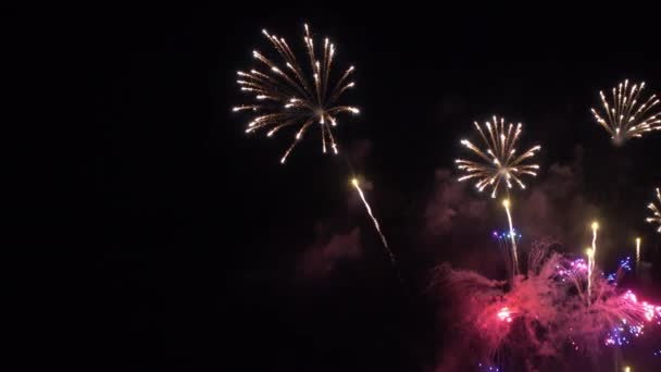 těsné záběry explodující ohňostroje na noční obloze