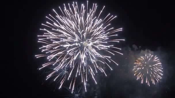 detailní záběry ohňostroje explodujícího na noční obloze
