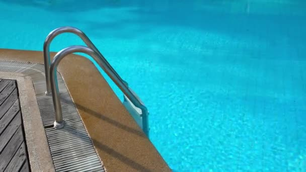 klidný záběr prázdný bazén v letovisku hotelu