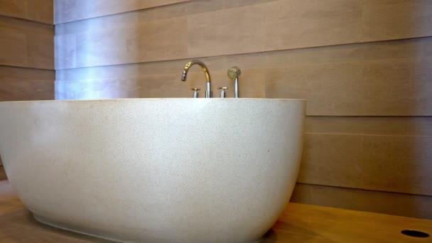 záběry luxusní koupelny v moderním bytovém interiéru