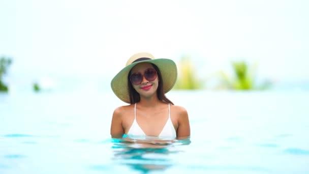 záběry krásné asijské ženy relaxaci v bazénu v hotelu