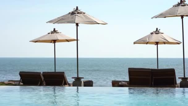klidné záběry prázdného bazénu v letovisku hotelu