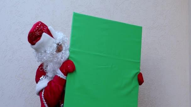 Apja fagy néz egy banner. A mese New Years karakter mozog a zöld síkon. A design kialakulása.