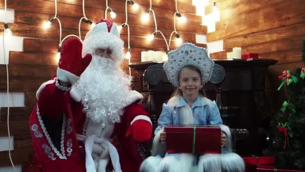 Mrazík a Sněhurka Vítejte vlnu ruku. Nový rok vánoční pohádky znaky v domě na krb radostně Vítejte v prohlížeči