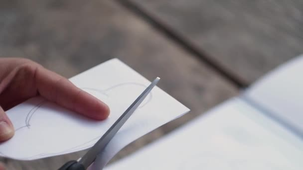 Dívka se vyřízne mrak z papíru. Kreativní práci s papírem. Zblízka. Retro styl