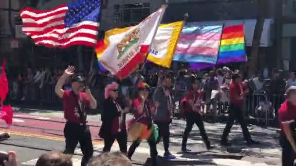 Lidé s americkou a gay vlajka San Francisco Lgbt pride průvodu 2018