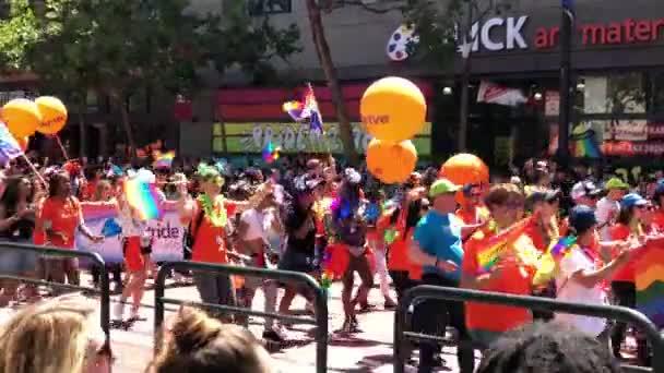 Dav s Lgbt zprávami na transparenty a balónky pride průvodu