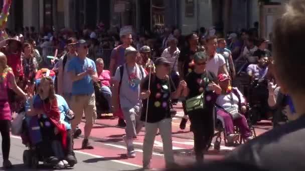Lidé různého věku během San Francisco Lgbt pride parade