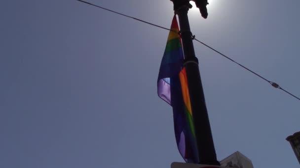 LGBT mávání vlajkami na pouliční lampy v San Francisco Lgbt pride parade