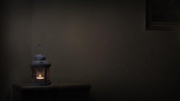 Una Lámpara Antigua Encendida Cuarto Oscuro Misterioso — Vídeo de ...
