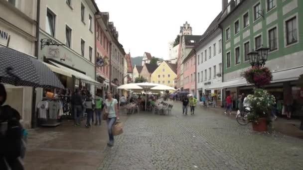 Menschen zu Fuß durch eine Fußgängerzone in Deutschland