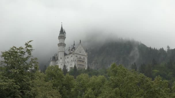Castello di Neuschwanstein circondato dalla nebbia