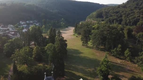 Ein Dron vergeht eine Burg in Bayern, Deutschland