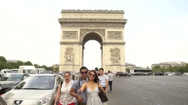 Touristen fotografieren in der Nähe des Arc de Triomphe