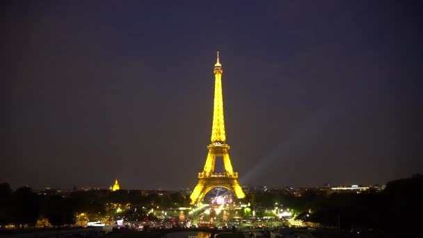 Pohled z Eiffelovy věže během noci