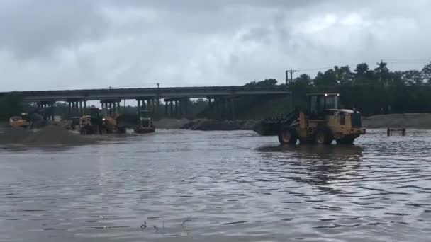 Těžká zařízení regulující hladinu vody v řece přetečení