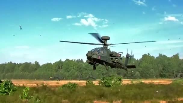 Vrtulník Apache sundala a letí pryč před další vrtulníky Apache
