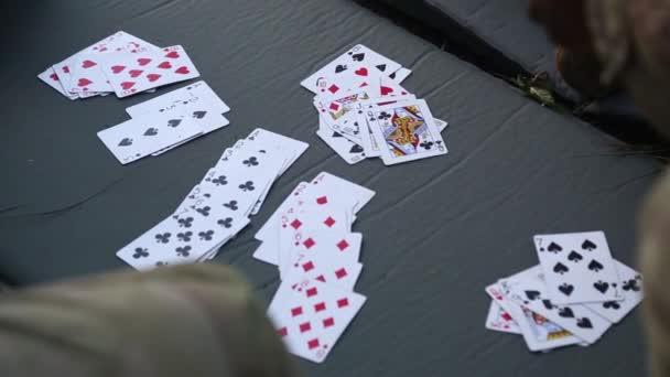 Hrací karty na rohoži na travnatém hřišti vojáci
