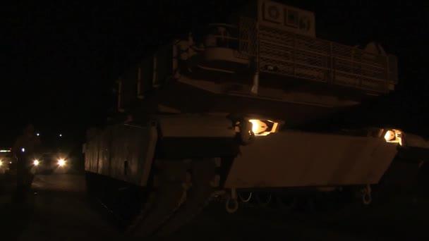 m1 rammt Panzer, der nachts in der Wüste hält