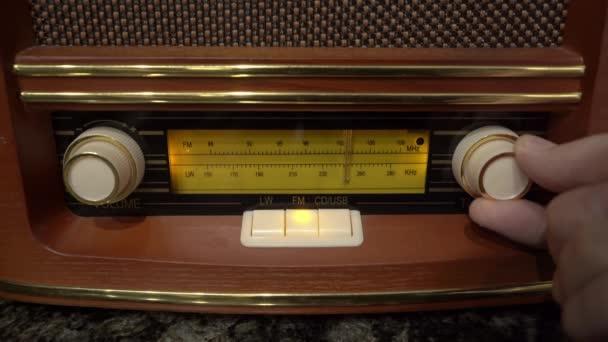 Frau stellt Lautstärke ein und stimmt Radiowelle ab