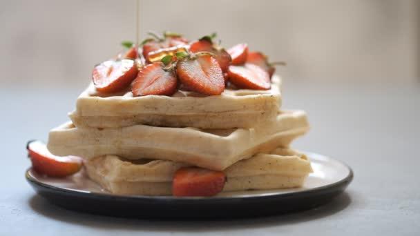 celozrnné oplatky s jahody a med