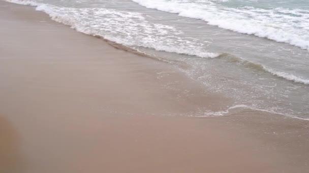 Klidný večerní příboj. Písečné pláže zaplnily vlněné vlny. Koncept klidu a pacifikace