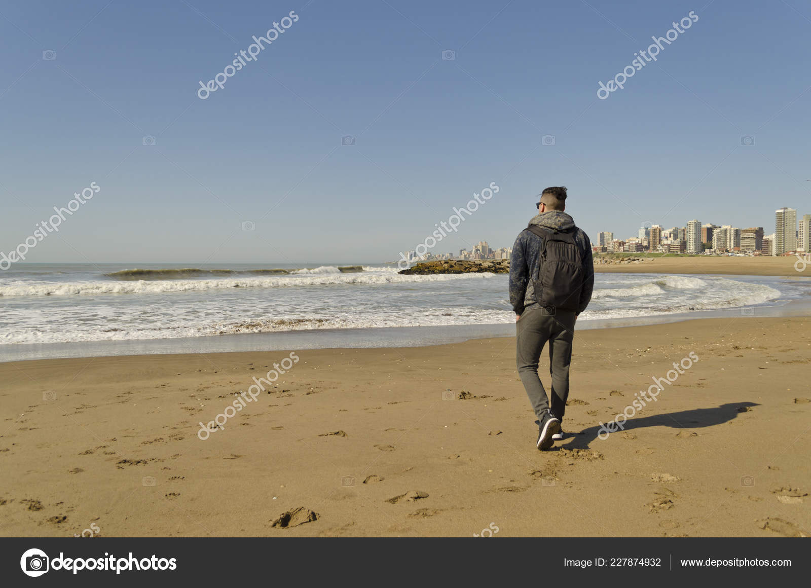 b5a4e8500e3 Hombre Joven Caminando Por Playa Día Soleado — Foto de stock ...