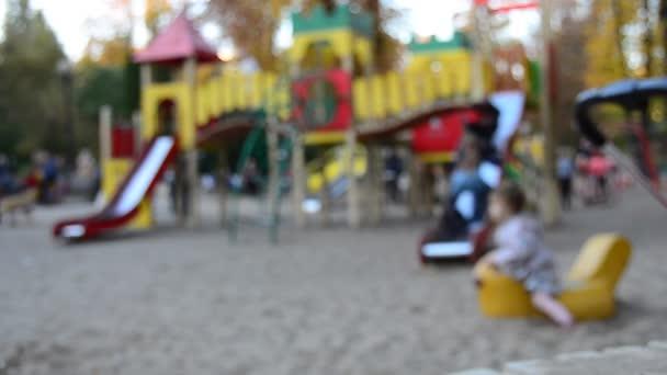 Unscharfen Blick auf Kinder spielen am Spielplatz