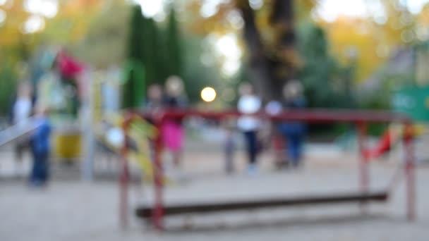 Unkonzentrierte Sicht auf Kinder, die auf dem Spielplatz spielen