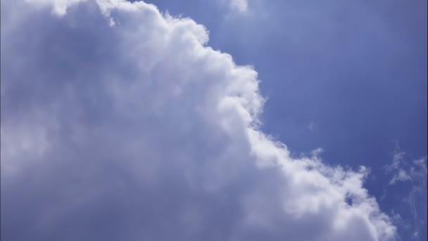 4k čas-konec pohybu načechraných bílých mraků modrá obloha pozadí.