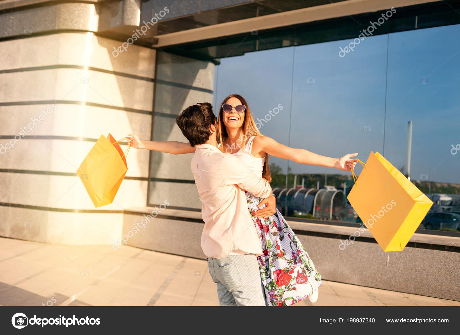 5c19107fc8c0c Divertido Compra Time Jovem Casal Adorável Feliz Depois Uma Compra —  Fotografia de Stock