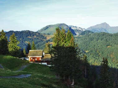 "Картина, постер, плакат, фотообои ""сельские и горные фермы и традиционная архитектура долины реки тур - кантон санкт-галлен, швейцария сакура"", артикул 237253084"