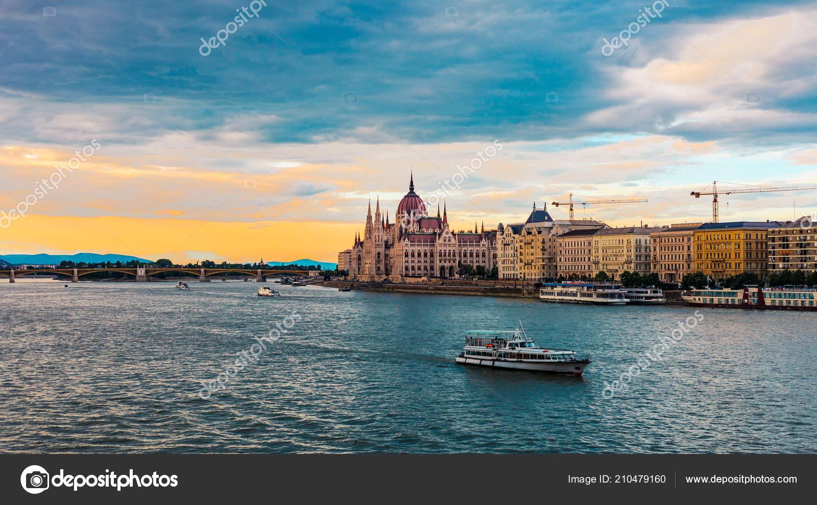 timeless design a1cdb 67afe Boot Auf Der Donau Sonnenuntergang Parlamentsgebäude ...