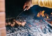 Fotografie Mann, die perfekte Steak auf dem offenen Grill Feuer Kochen