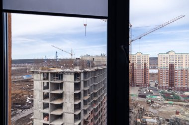 High-rise mighty hoisting crane and large building construction