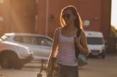 gazdaság hosszú fórumon a város utcai hosszú hajú lány