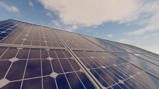 Sonnenkollektoren mit Wolken
