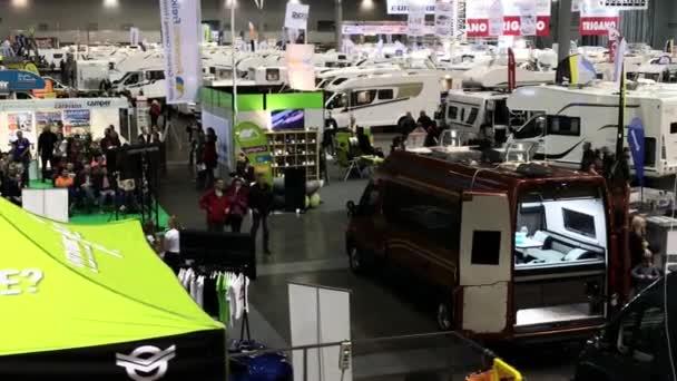 Brno, Česká republika - 10/11/2018: Caravaning Brno, mezinárodní Caravaning Show. Zobrazit na obytné automobily, karavany a příslušenství části výstavy. Lidé připravují na dovolené na silnici. Úvodník
