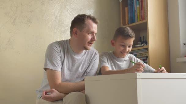 Otec a syn - rodiče dávat rady, na rozdíl od stolu v pokoji. Muž pomáhá chlapec s úkoly doma. Preteen učení pod dohledem dospělé osoby. Teenager tátu a zapisovat do jeho diktování. Domácí vzdělávání. Dva výstřely