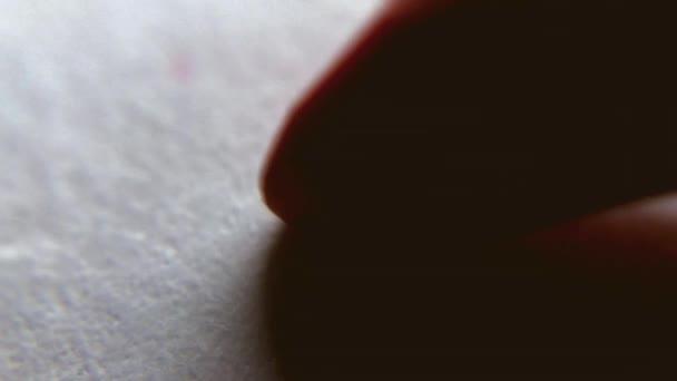 Červené srdce kresba tužkou pro milou na den svatého Valentýna, zblízka. Makro snímek srdce malby jako Romantický symbol lásky. Podepsání kartu Valentine zbožňovaný osobu formou srdce. Ruční karta pro lásku