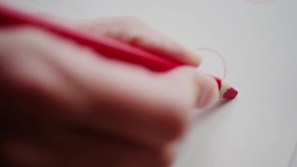 Pravá ruka kresba tužka pro srdíčko červené srdce na Valentýna. Ruční malba nad Valentine srdce na ruční karta jako Romantický symbol lásky. Příprava Valentýnské dárky pro zbožňovaný osobu