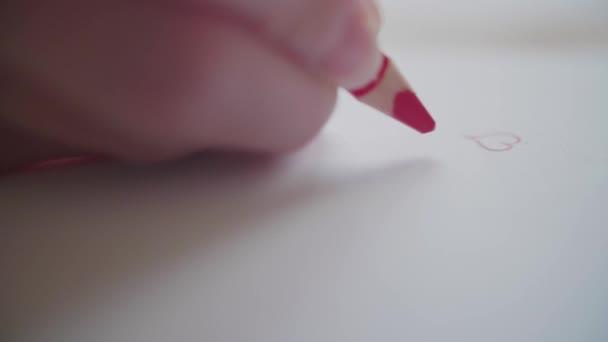 Rechte Hand Zeichnung viele rote Herzen mit Bleistift für Schatz am Valentinstag. Umriss Herzen Konturen in Liebesbotschaft. Hand adumbrating Valentine Herzen auf handgemachte Karte als romantisches Symbol. Vorbereitung Valentine Geschenk für verehrte Person