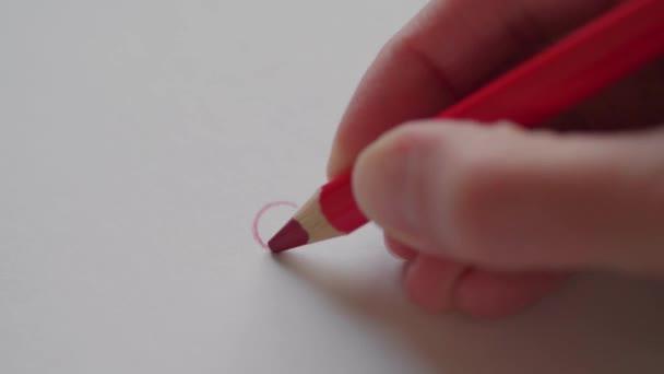 Rechten Hand zeichnen kleines rotes Herz mit Bleistift für Schatz am Valentinstag. Gliedern von Herzen in Liebe Nachricht. Hand konstruiert Valentine Herzen auf handgemachte Karte als romantisches Symbol. Happy Valentinstag