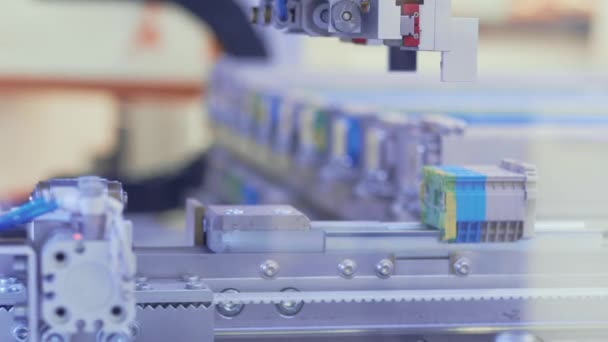 Brno, Česká republika - 3/21/2019: Amper - elektronické moduly. Robotické zařízení na průmyslové výroby, strojů. Automatizovaný stroj během výroby. Automatické shromažďování komponenty robotické zařízení, pracovní proces. Montáž elektroniky. Automatizace