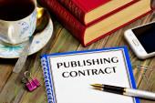 Publikační smlouva - textový nápis na formuláři dokumentu. Přenos díla vytvořeného autorem na vydavatele za účelem jeho publikování nebo zveřejnění.