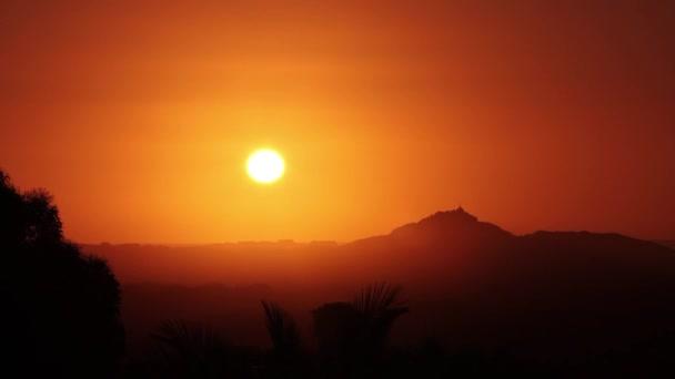 Západ slunce bez mraků nad obzorem