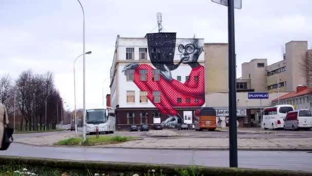 épület graffiti művészet és az előtérben mozgó autók