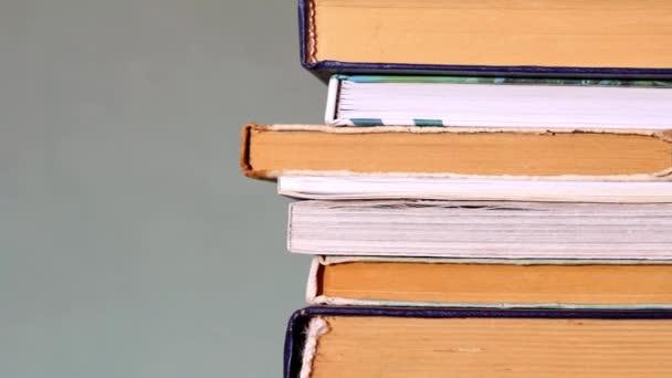 Hromada knih na šedém pozadí. Rozumím. Autoškolský koncept. Láska ke čtení