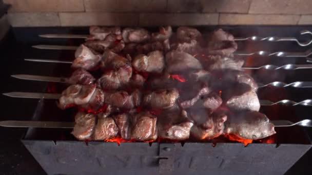 Maso grilované na Skewers na grilu na pouličním trhu. Chutné grilované jídlo. Vepřové maso připravené v ohni. Pouliční jídlo. Grilovací párty. Pečené maso s kůrkou.